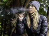 Frau mit E-Zigarette